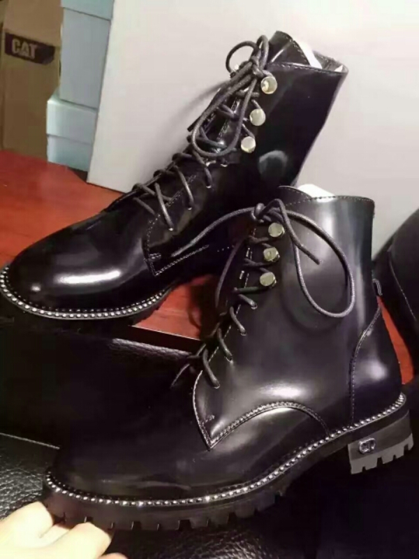 Dior超酷短马丁靴官方主推款,镶钻鞋边配细带金属扣 超酷的一双短靴