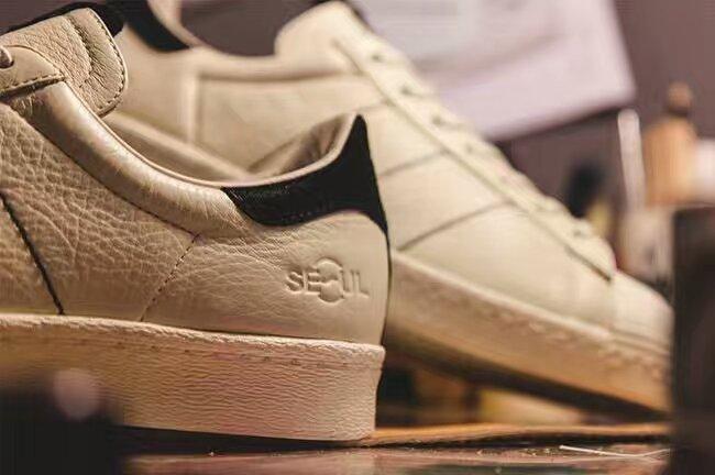 韩国首尔的潮店Kasina以Yeezy 350为灵感打造了一款Superstar 80s联名版本