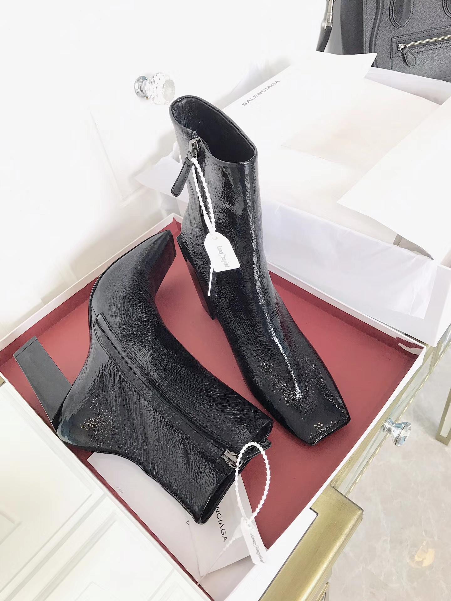 巴黎世家真皮短靴_漆皮女靴
