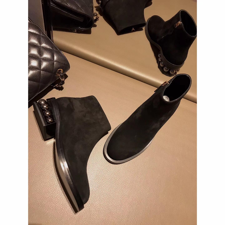 莫斯奇诺女士短靴~整个靴身以简单帅气的真皮珍珠短靴
