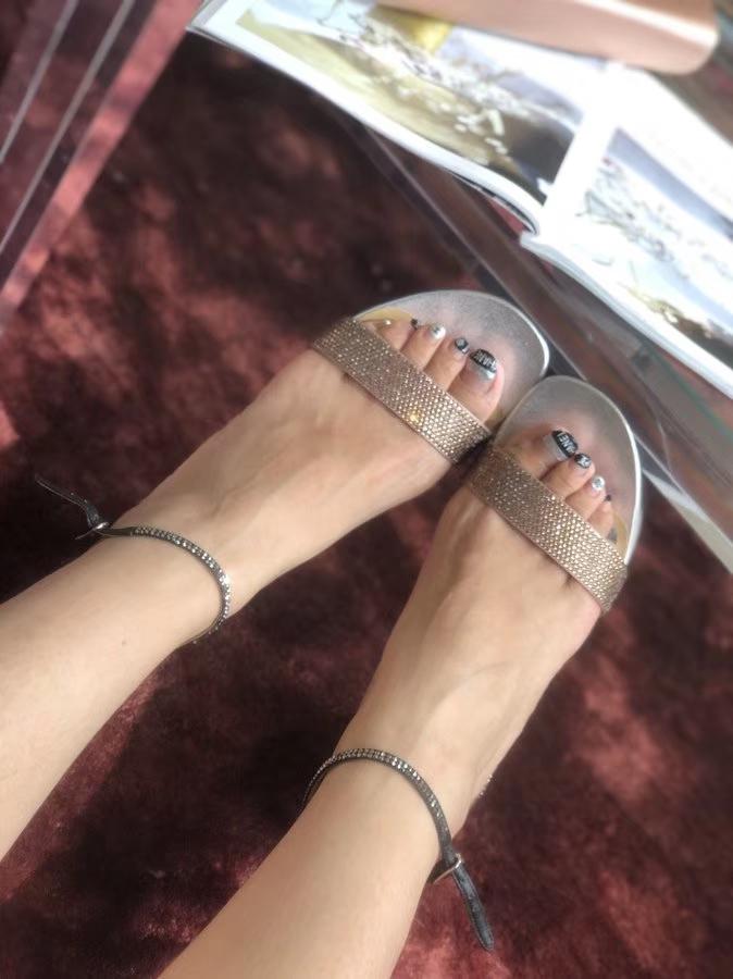 RC2018高颜值粗跟一字钻带中跟凉鞋