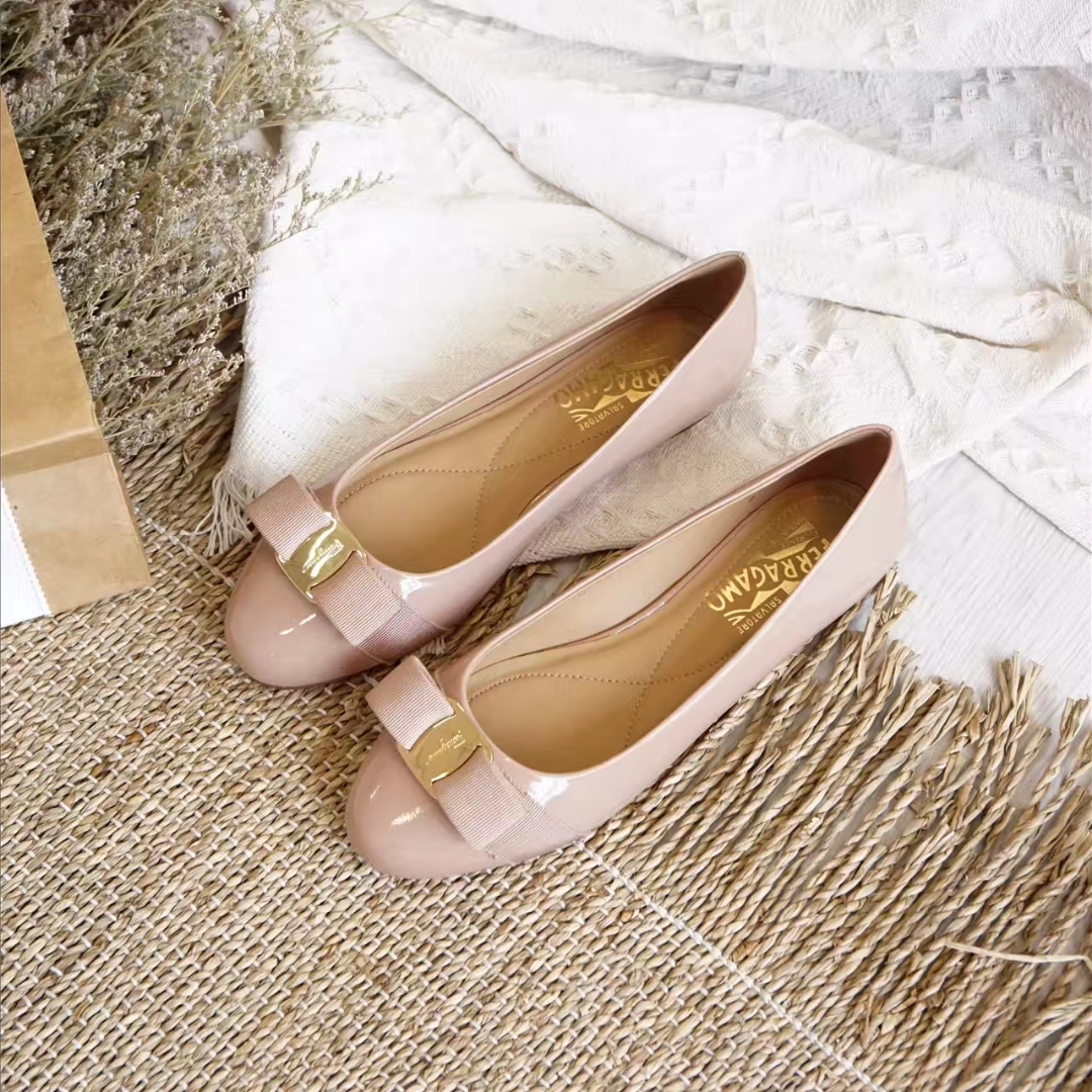 Ferragamo 圆头芭蕾舞鞋漆皮平底鞋
